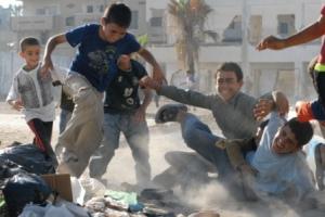 Bambini palestinesi di Gaza che giocano a calcio
