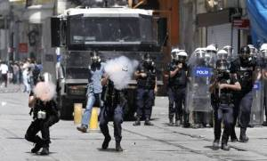 TURCHIA:'NON DISTRUGGETE ALBERI',BATTAGLIA A GEZI PARK